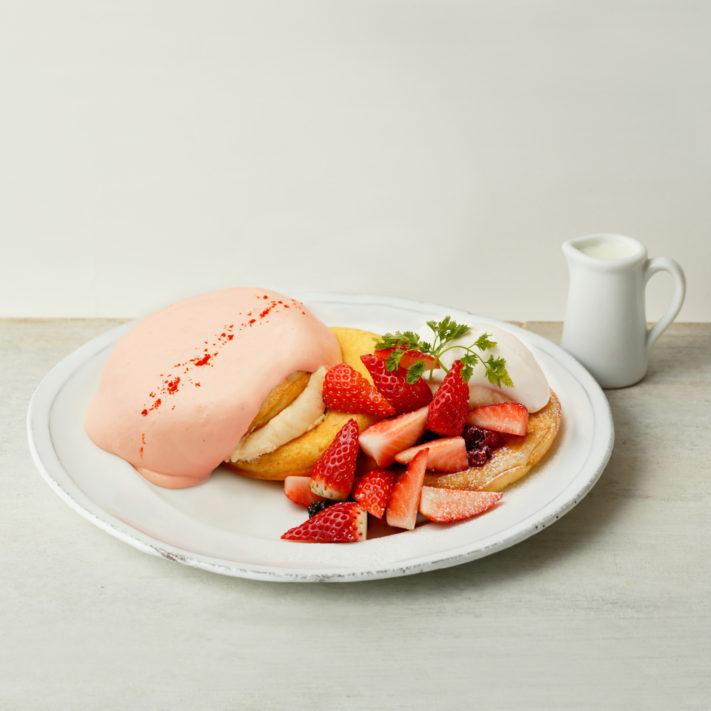 【期間限定で登場!】ストロベリークリーム&メニーベリーパンケーキ