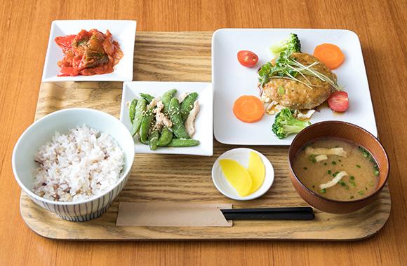 本日のお肉ランチ¥850、ランチのセットドリンク¥200(税抜価格) / ランチお召し上がりの方ケーキ¥100引き