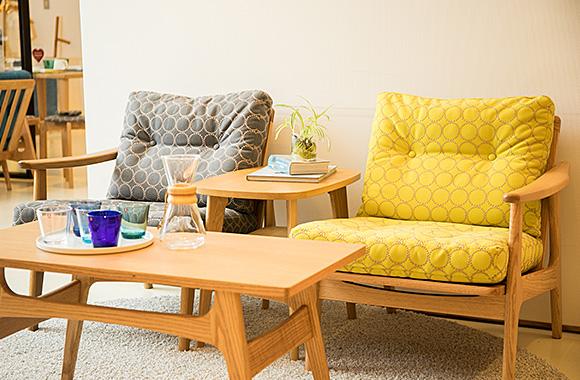 ソファ 各色¥126,000、サイドテーブル¥37,000、コーヒーテーブル¥38,000[以上、共にMARUNI60]、コーヒーメーカー¥7,000[CHEMEX]、タンブラー5色Set¥5,556[iittala]<br /> ※全て、税抜価格